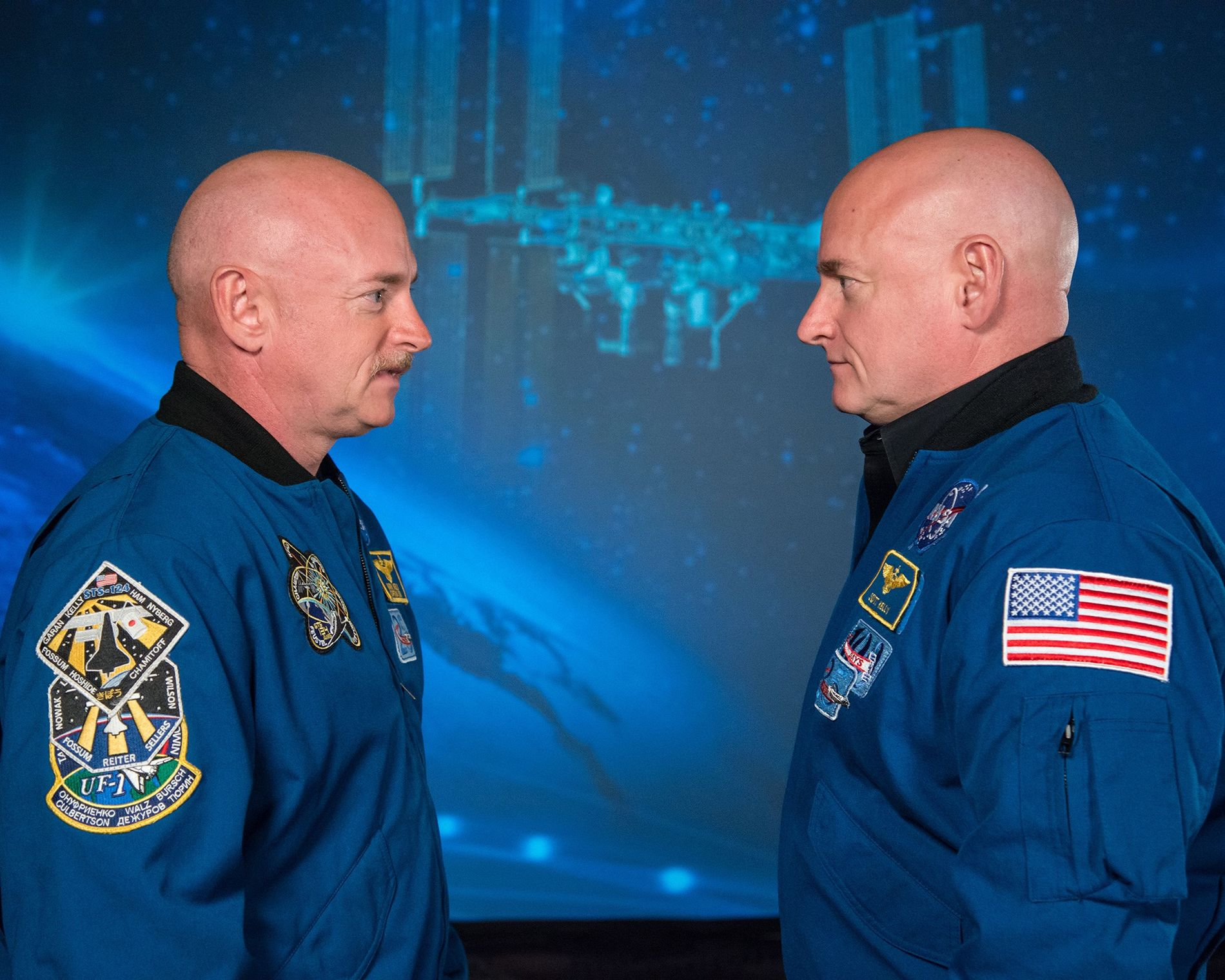 L'astronaute Scott Kelly (à droite) et son frère jumeau, l'ex-astronaute Mark Kelly, donnent une conférence de presse avant le départ de Scott pour sa mission d'un an à bord de la Station spatiale internationale.