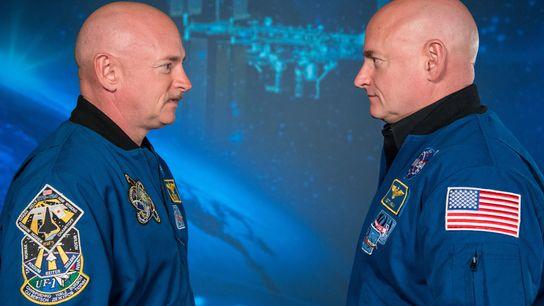 L'astronaute Scott Kelly (à droite) et son frère jumeau, l'ex-astronaute Mark Kelly, donnent une conférence de ...