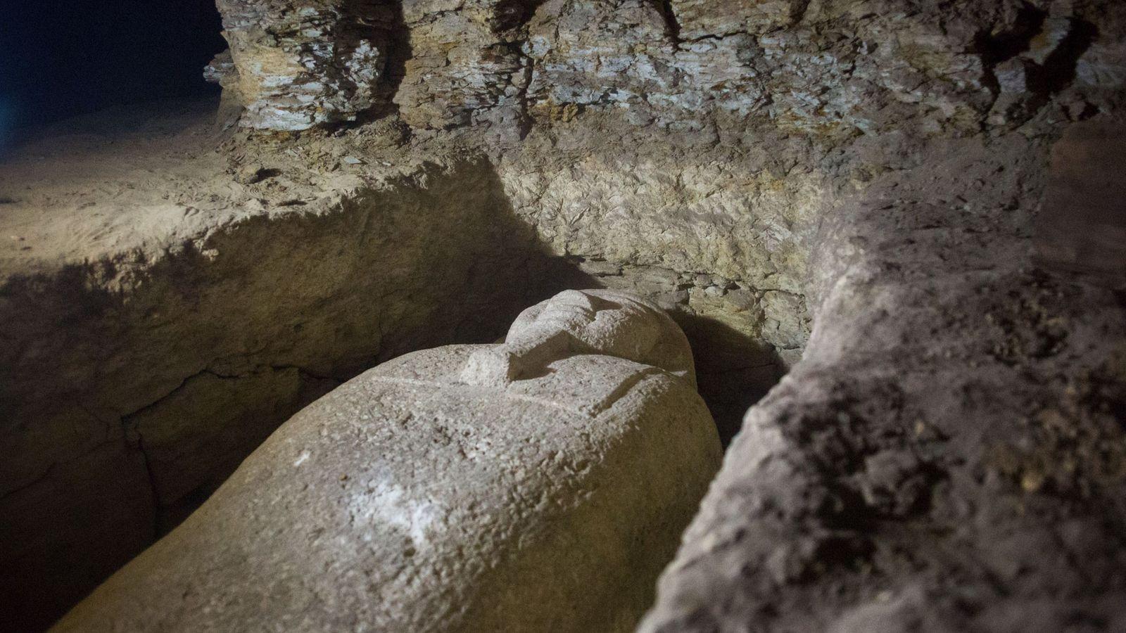 Le 24 février 2018, un des sarcophages mis au jour est présenté sur le site de ...