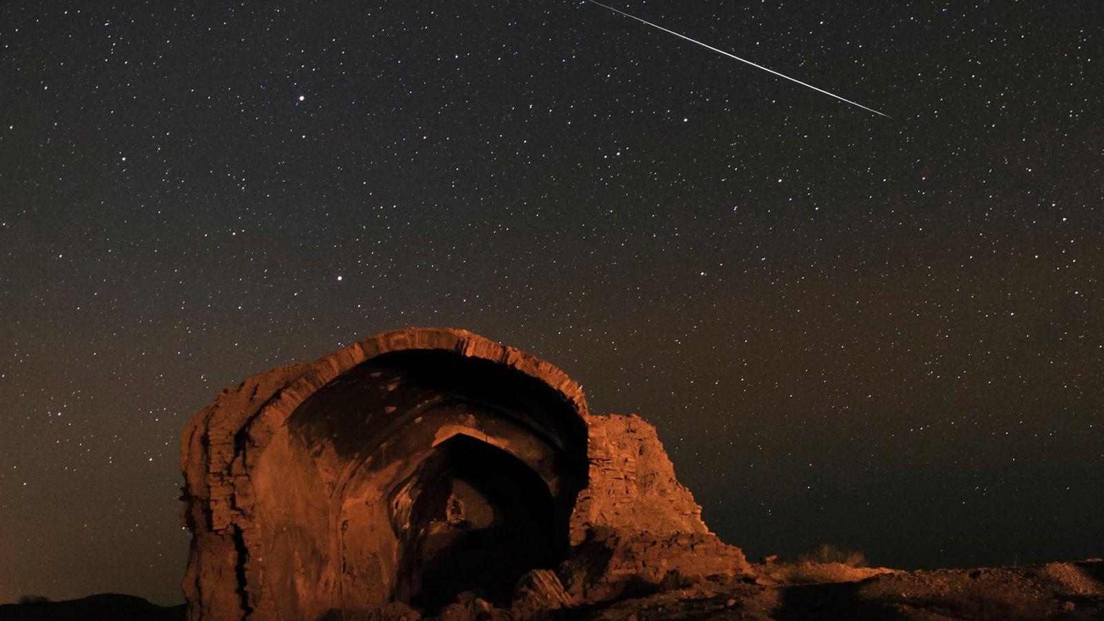 Une météorite traverse le ciel lors de la pluie annuelle de météorites de Quadrantid, photographié ...