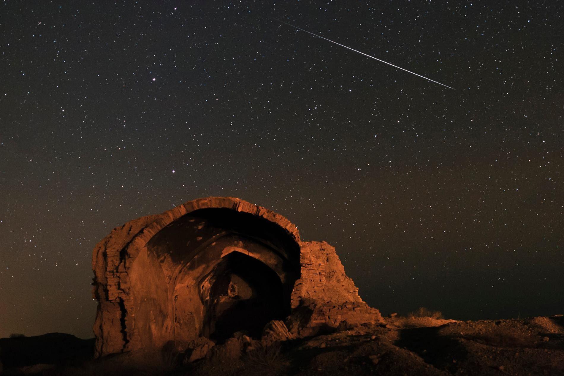 Une météorite traverse le ciel lors de la pluie annuelle de météorites de Quadrantid, photographié près ...