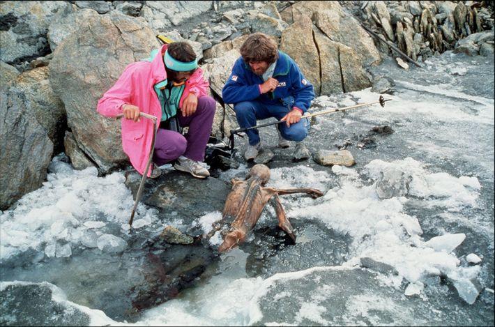 Accompagné d'un collègue, l'alpiniste Reinhold Messner, à droite, inspecte les reste momifiés d'Ötzi après sa découverte ...