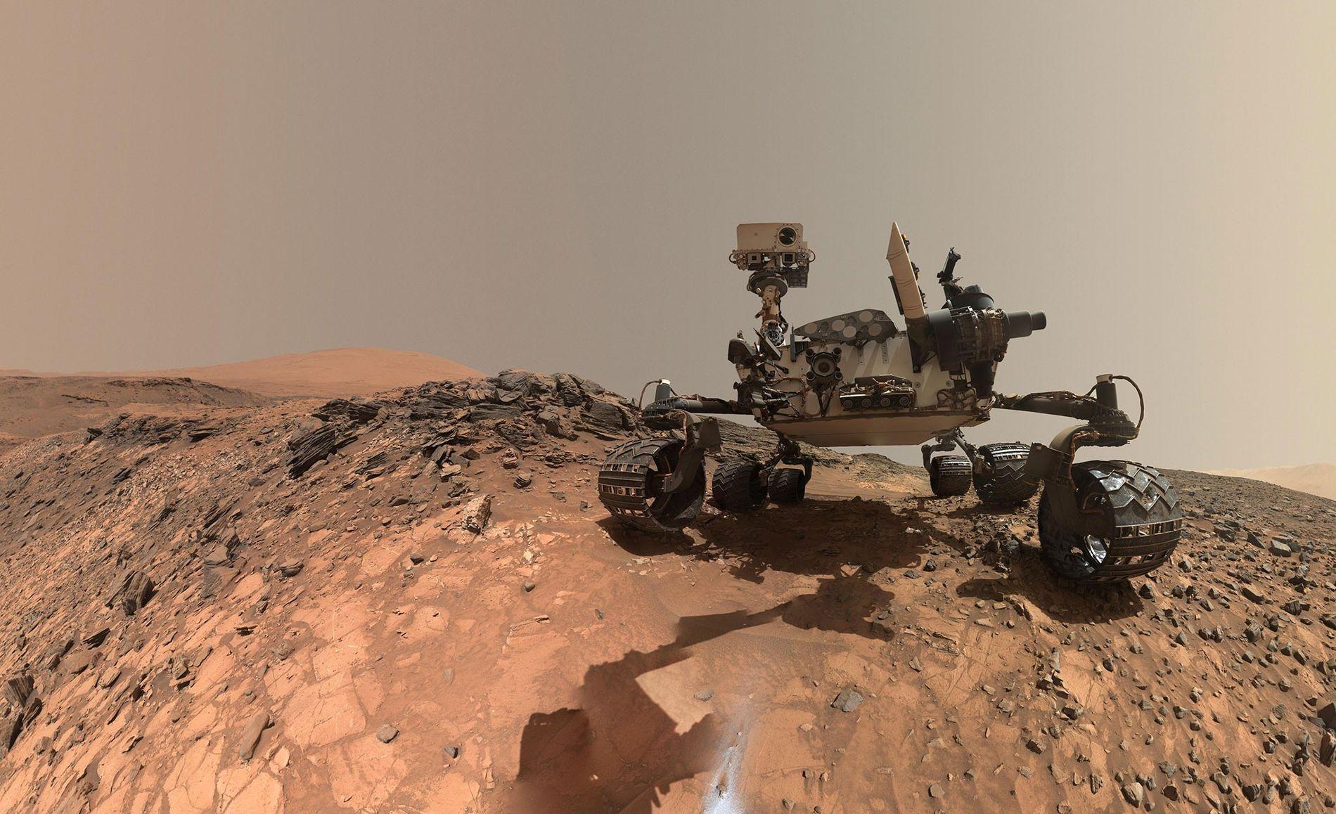 Le rover Curiosity envoyé sur Mars par la NASA prend la pose dans la partie inférieure ...