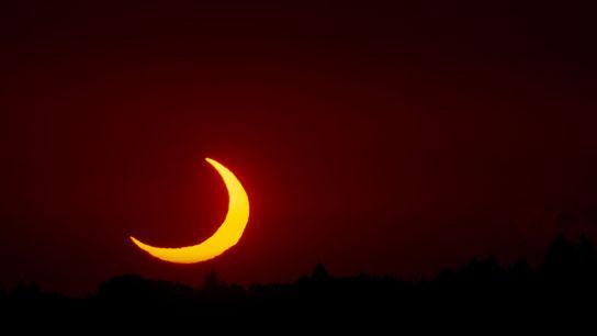 Une éclipse solaire partielle transforme le soleil en un fier croissant dans le ciel de Bavière.