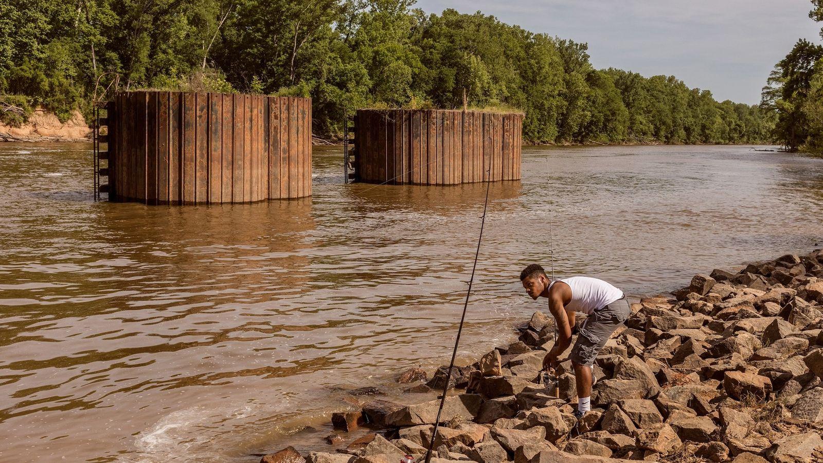 En mai 2018 à Fayetteville, en Caroline du Nord, D'Anthony Brown installe des cannes à pêche ...