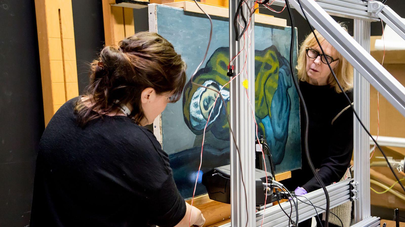 Emeline Pouyet de l'Université Northwestern (à gauche) et Sandra Webster-Cook du Musée des beaux-arts de l'Ontario ...