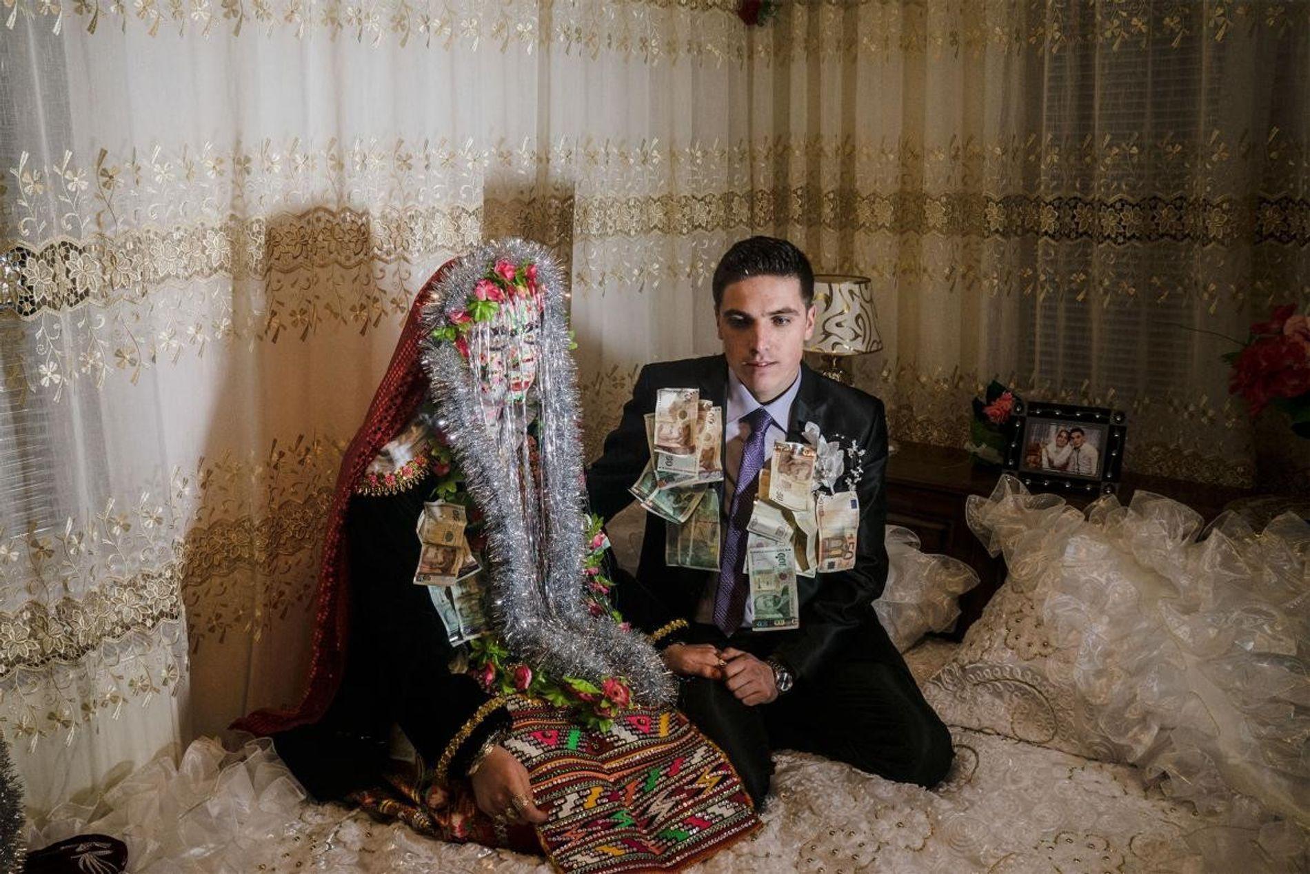 Dans le sud-ouest de la Bulgarie, les Slaves musulmans, alias Pomaks, organisent les cérémonies de mariage traditionnelles en hiver. Sur cette photo, les jeunes mariés Selve Kuivashi (gauche) et Djamal Vurdal posent sur leur lit de noces dans le village de Ribnovo.