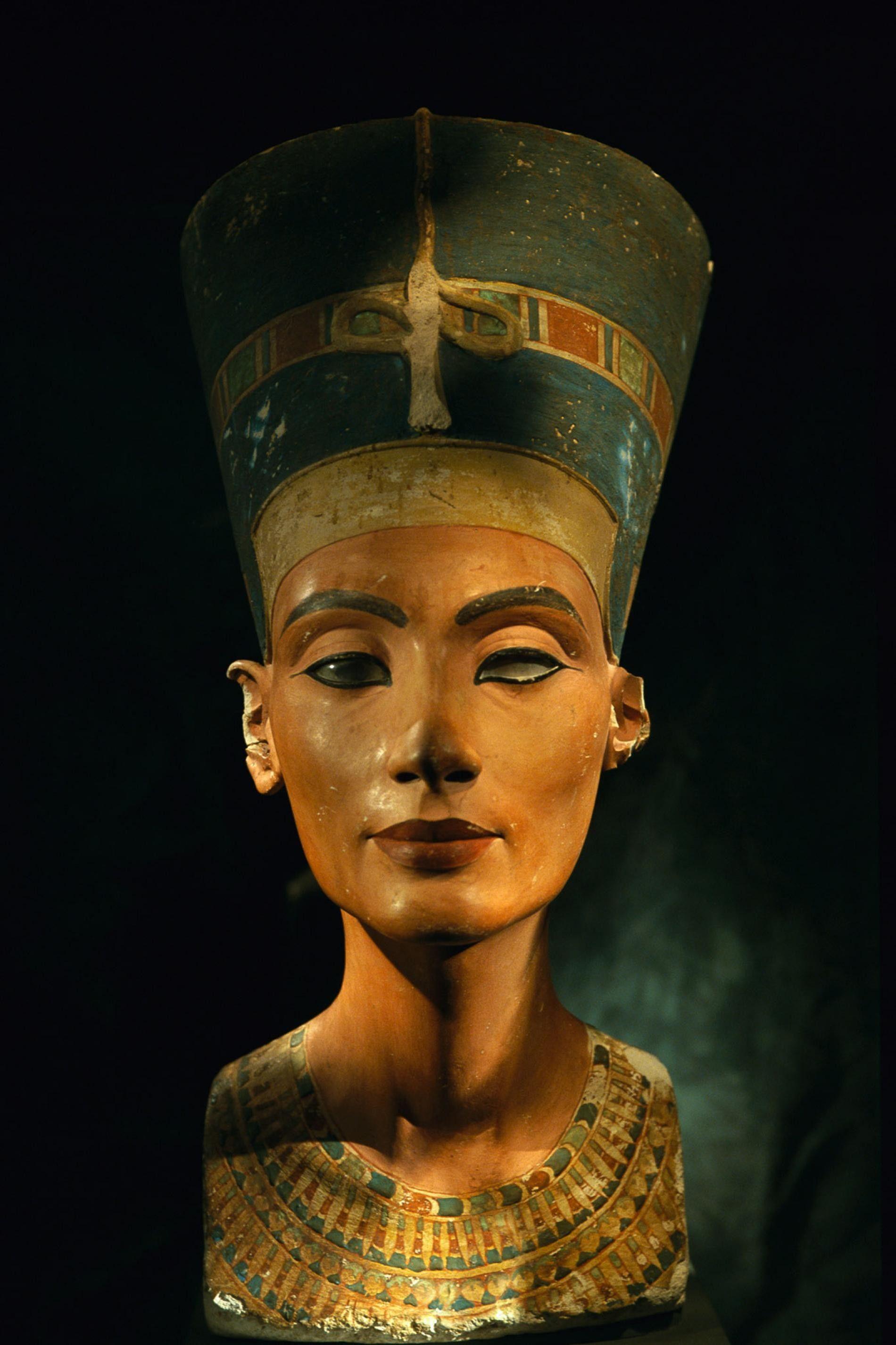 Ce buste de la reine égyptienne Néfertiti a été réalisé avant que cette dernière n'ordonne de ne plus être représentée comme une femme, mais uniquement en tant que dirigeant. Dans son nouveau livre « When Women Ruled the World: Six Queens of Egypt » (Lorsque les femmes régnaient sur le monde : six reines d'Égypte), Kara Cooney suggère qu'en laissant les femmes gouverner par période, l'Égypte a gagné en stabilité.