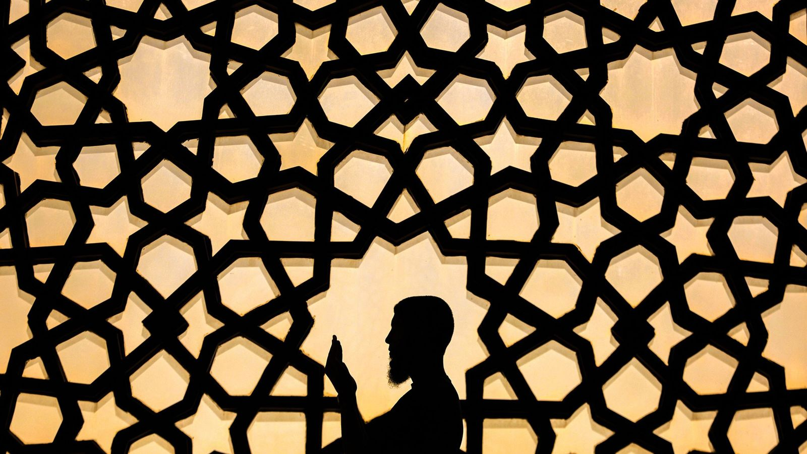 Un Palestinien prie à la Grande Mosquée de Gaza pendant le mois sacré du Ramadan.