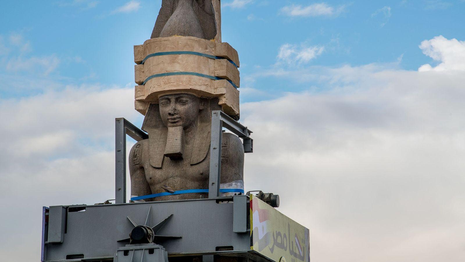 Protégée par une cage faite sur mesure, la statue de Ramsès II est déplacée vers l'entrée ...