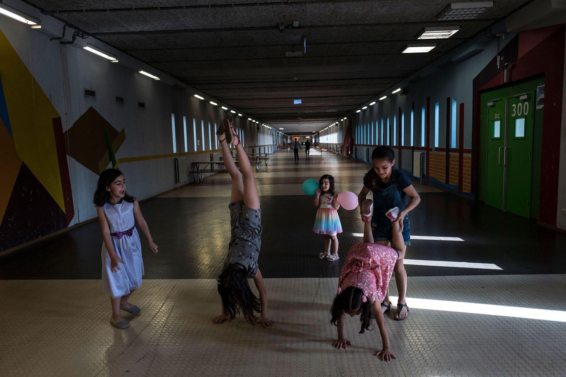 Des jeunes filles syriennes jouent au ballon dans le hall Kalverstraat, du nom d'une rue commerçante connue d'Amsterdam. De gauche à droite : Shahd Alamar, 8 ans, Lana Alkhawaja, 9 ans, Maya Alamar, 4 ans, tenant des ballons, Amal Sakkal, 8 ans et Hala Alhalaby, 8 ans.