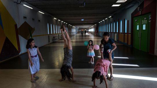 Des jeunes filles syriennes jouent au ballon dans le hall Kalverstraat, du nom d'une rue commerçante ...
