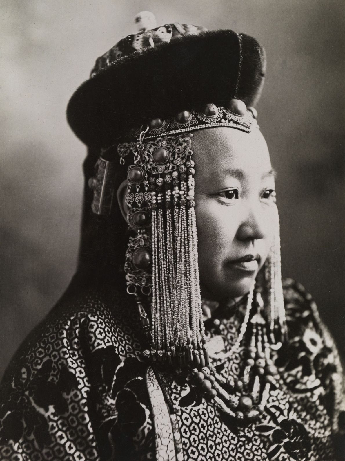 Une princesse mongole porte une tenue traditionnelle, agrémentée d'une coiffe.