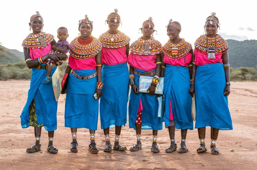 Des femmes Samburu se rendent à l'école.