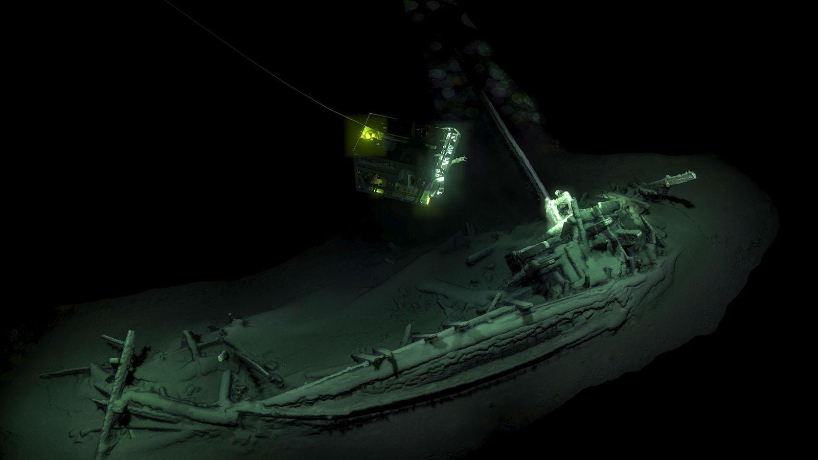 Un ROV (véhicule sous-marin téléguidé) prend des photos de l'épave d'un navire marchand vieux de 2 ...