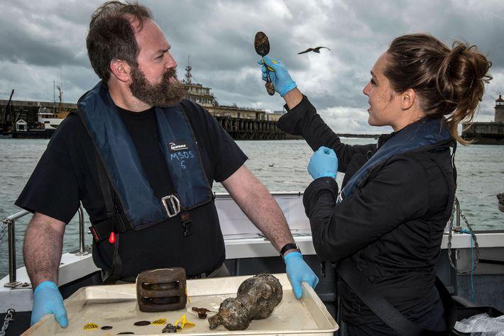 Les membres de l'équipe de conservation Elisabeth Kuiber et Eric Nordgren posent avec des artefacts récemment ...