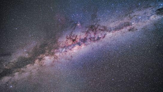 La lumière zodiacale ajoute une touche de flou à cette image dans la région centrale de ...