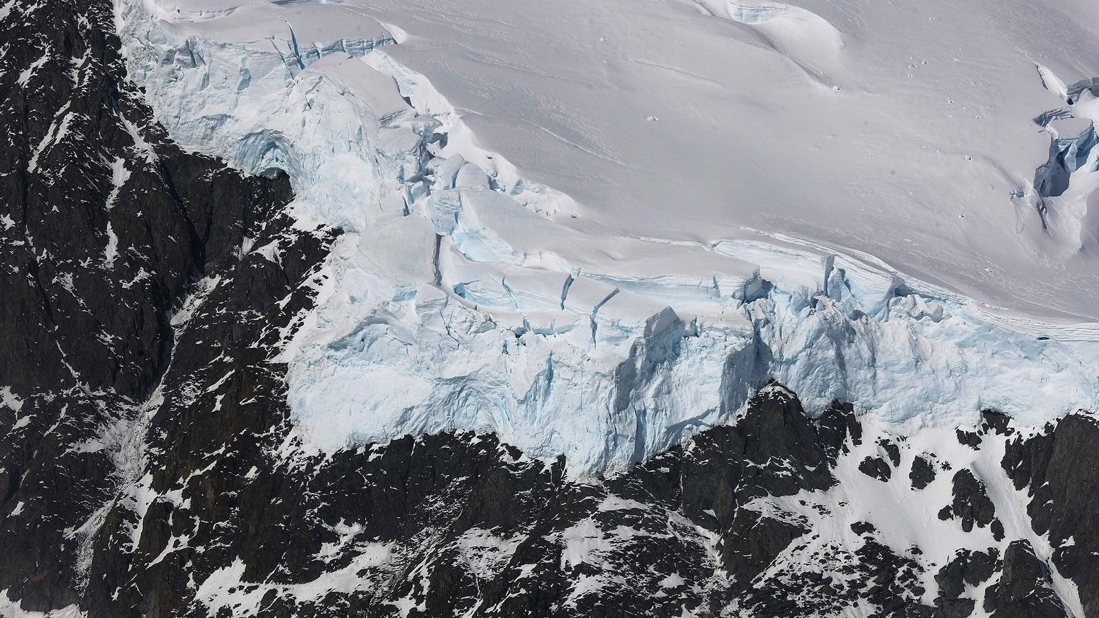 La glace rencontre la roche dans la péninsule antarctique, sur une photo prise dans le cadre ...