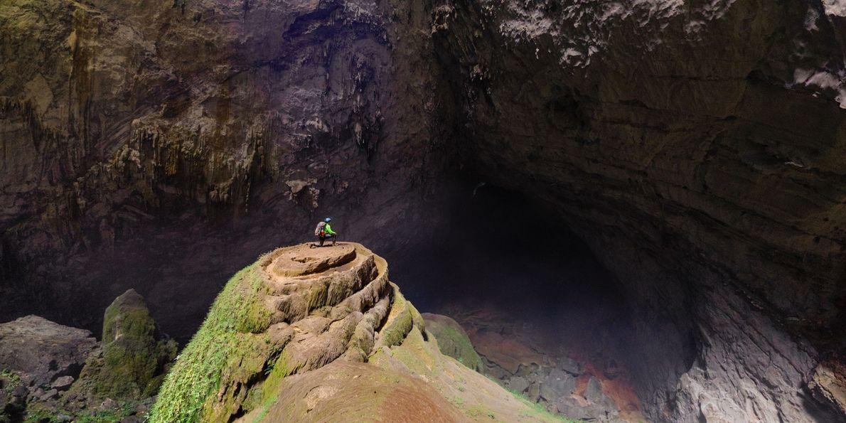 Un spéléologue est arrivé au sommet d'une énorme stalagmite en spirale, dans la zone Watch Out ...