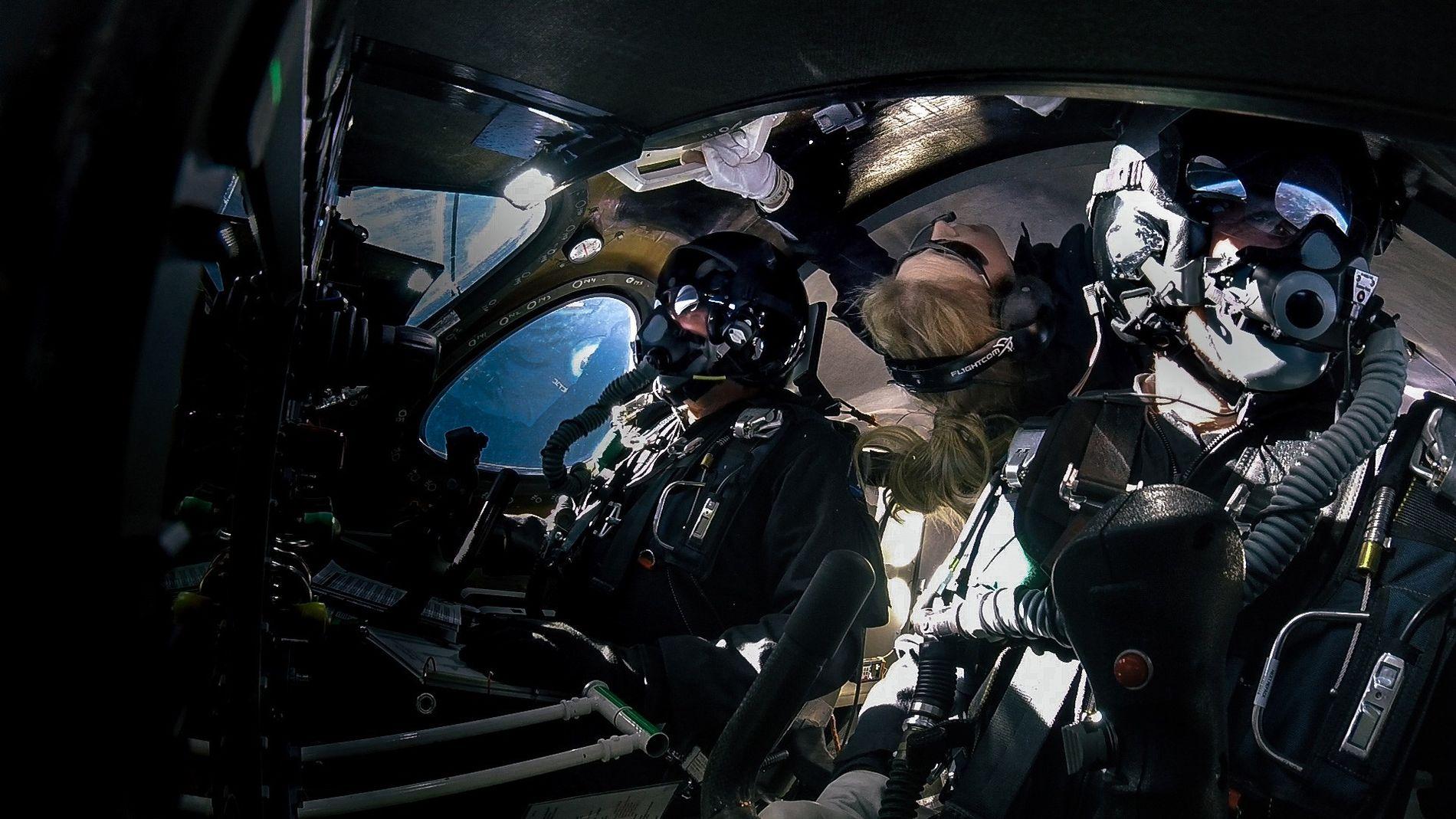 Beth Moses (au milieu) flotte en microgravité à bord d'un vaisseau Virgin Galactic au cours d'un ...