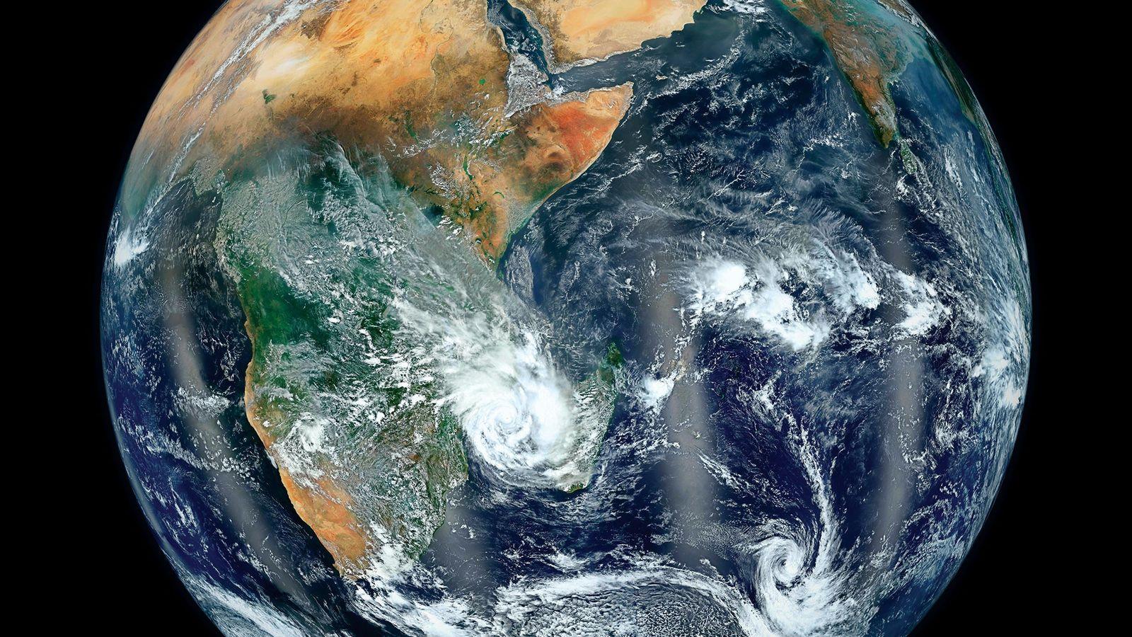 Depuis l'espace, les océans et les terres émergées de la planète bleue forment une photographie élégante.