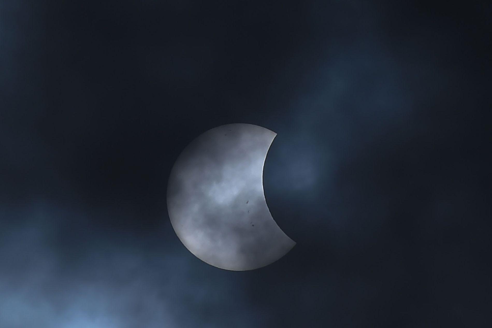La Lune glisse devant le Soleil pendant une éclipse solaire partielle observée depuis Bogotá, en Colombie, en août 2017.