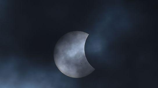 La Lune glisse devant le Soleil pendant une éclipse solaire partielle observée depuis Bogotá, en Colombie, ...