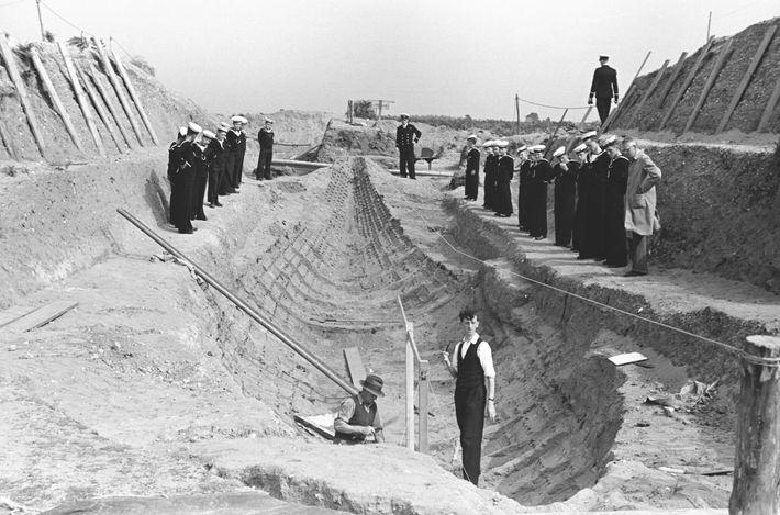 Cette photographie des premières fouilles menées à Sutton Hoo montre les vestiges du bateau en bois enterré ...