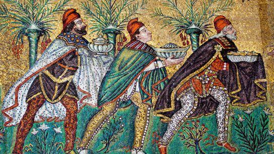 Dans la basilique Saint-Apollinaire-le-Neuf à Ravenne, en Italie, les mages et leurs présents sont reproduits dans ...