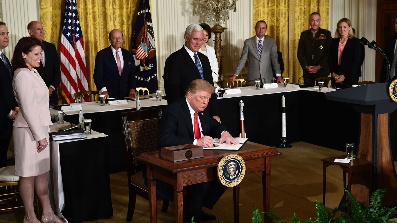 Le 18 juin 2018, Donald Trump a signé une directive sur la formation d'un corps armé ...