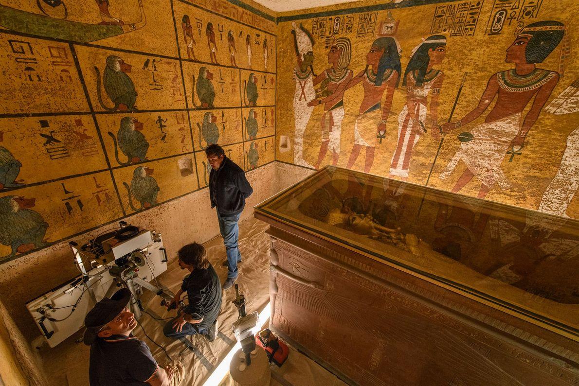 Le sarcophage de Toutânkhamon prend quasiment tout l'espace de la chambre funéraire, ce qui est inhabituel ...