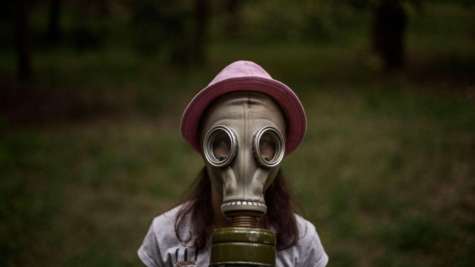 Yelena Shevel, 10 ans, dont le rêve est de devenir vétérinaire, apprend à enfiler un masque ...