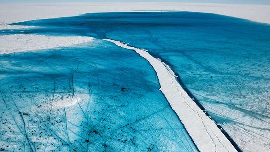 L'eau de fonte estivale forme un lac en surface de l'inlandsis du Groenland.