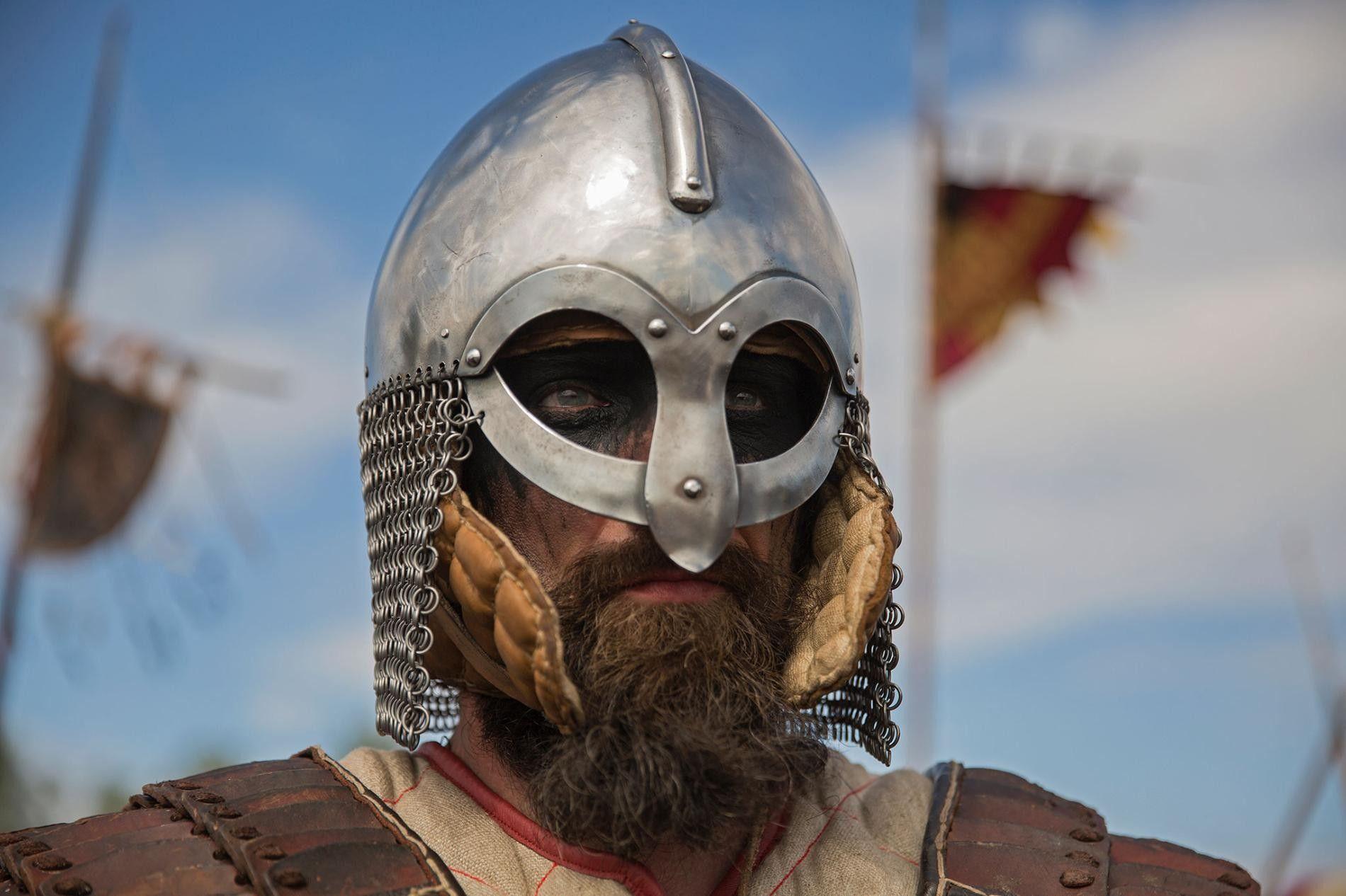 Un acteur participe à la recréation d'une scène de bataille viking, en Pologne.