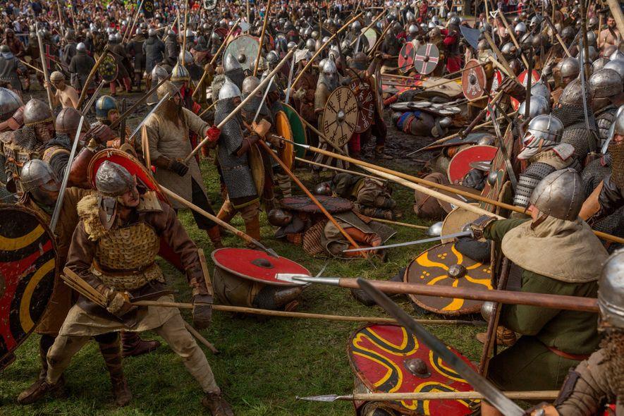 Jouant de l'épée et des lances, les reconstituteurs historiques recréent les violent combats opposant les Vikings ...