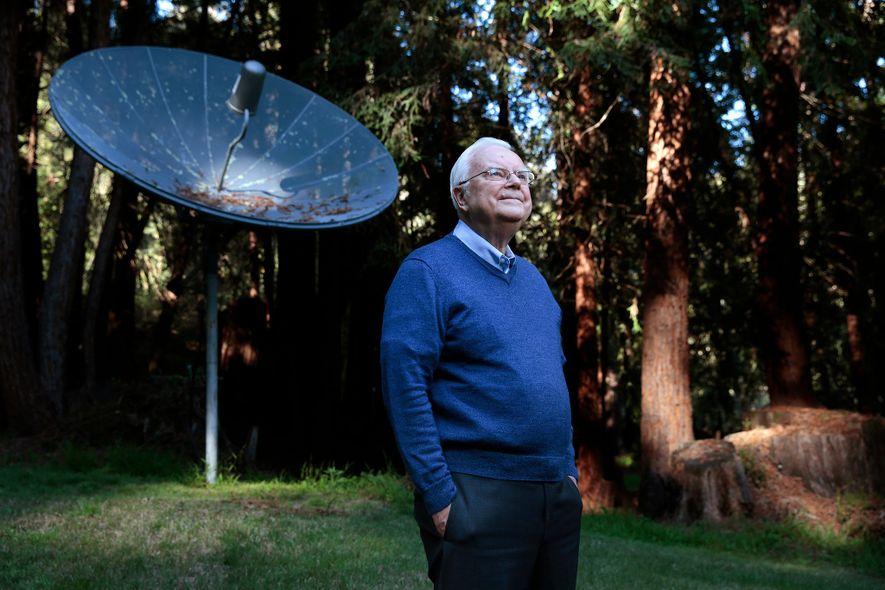 Frank Drake, fondateur du programme de recherche d'intelligence extraterrestre (SETI), pose chez lui, en Californie, en ...