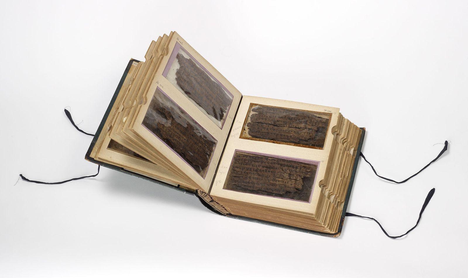Les 70 feuilles d'écorce de bouleau qui composent le manuscrit de Bakhshali sont incroyablement fragiles et ...