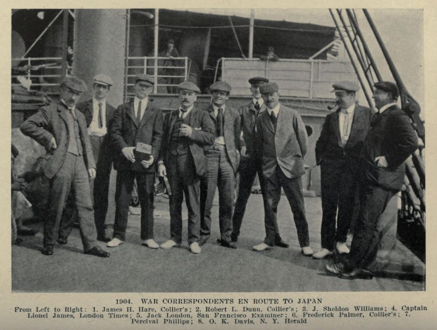 Jack London (cinquième depuis la gauche) et les Vautours, une équipe de journalistes de guerre envoyés ...