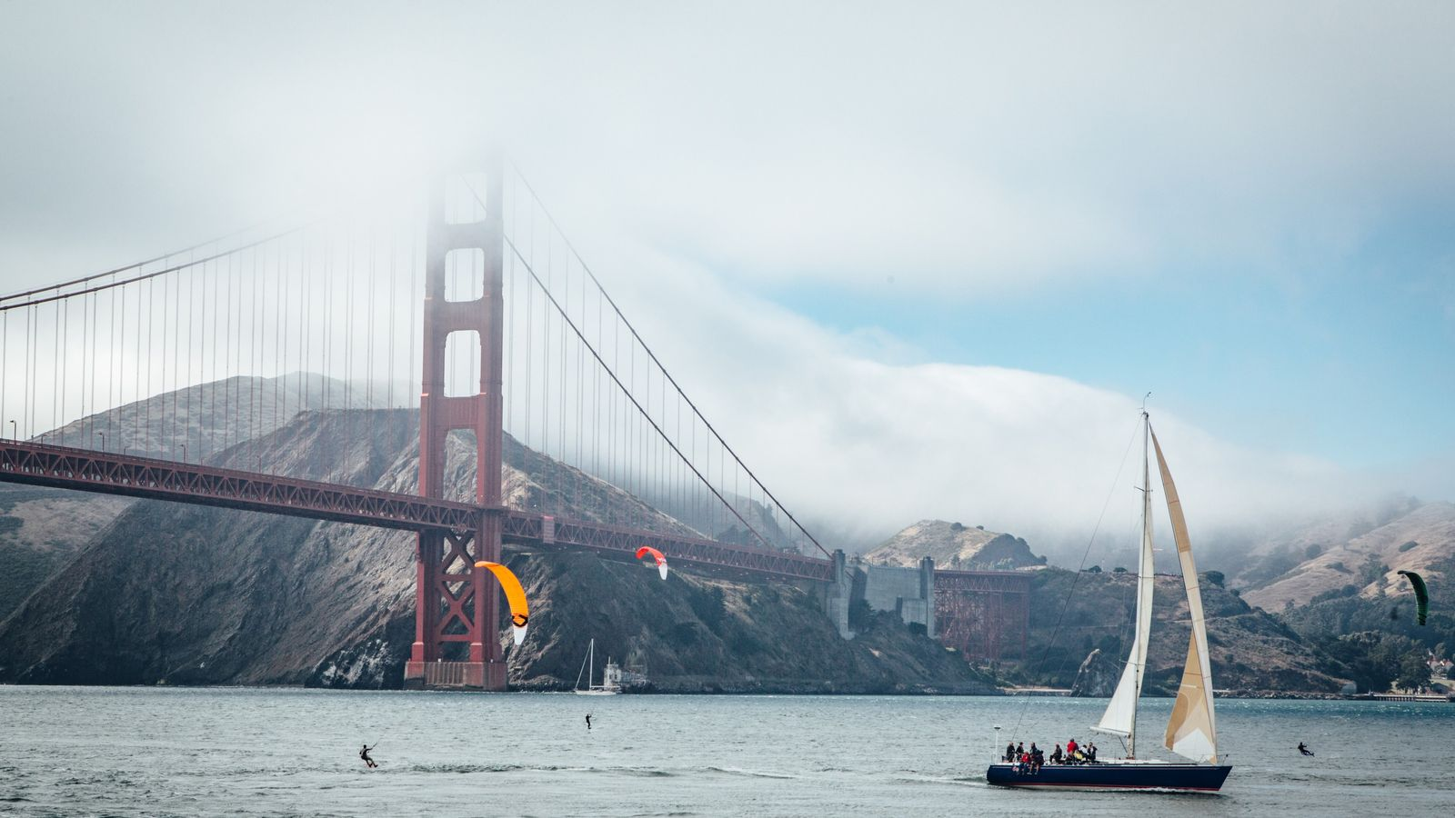Véritable symbole de San Francisco, le ­Golden Gate Bridge, long de 2,7 km, relie la ville ...