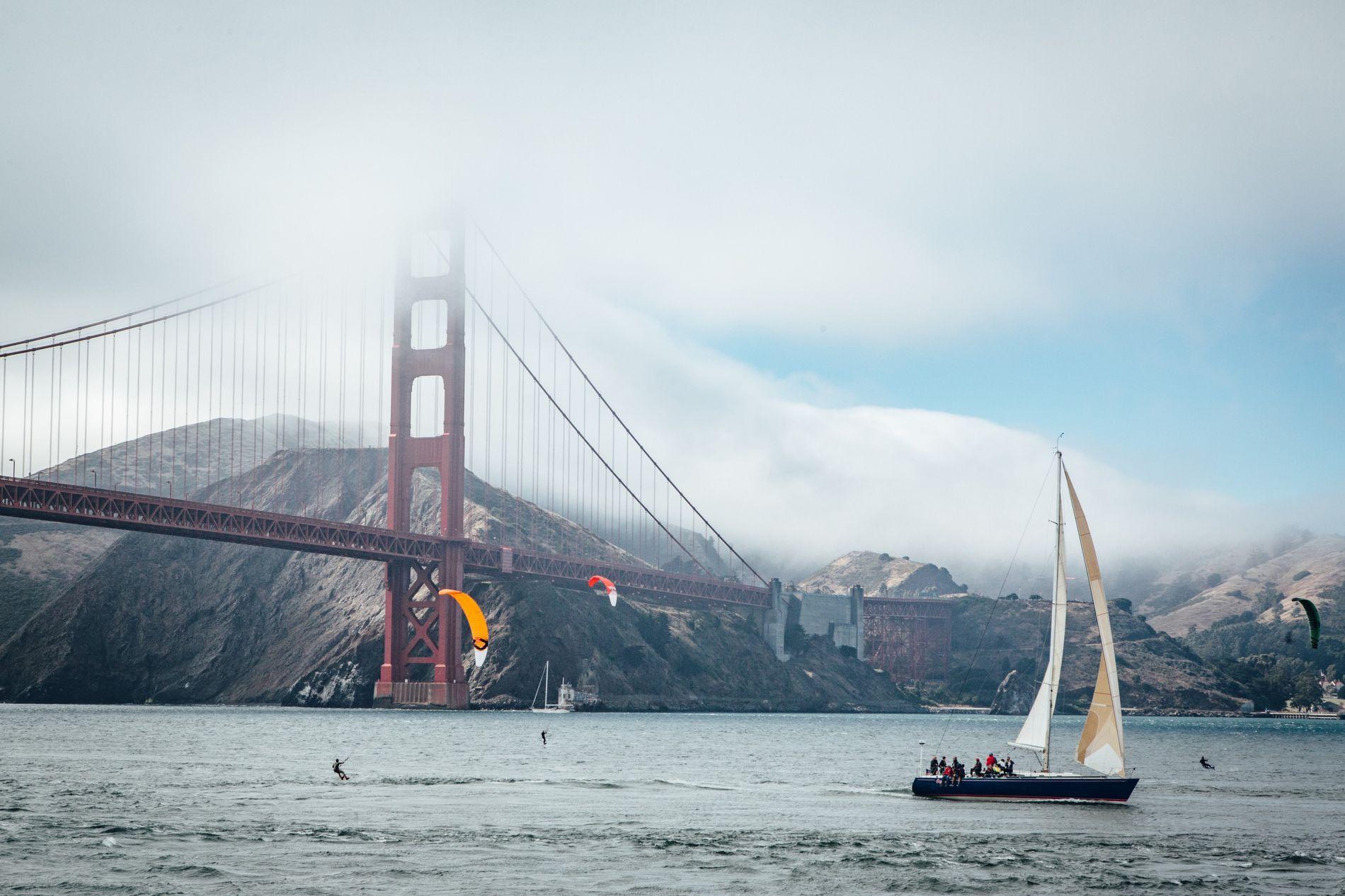 Véritable symbole de San Francisco, le Golden Gate Bridge, long de 2,7 km, relie la ville ...