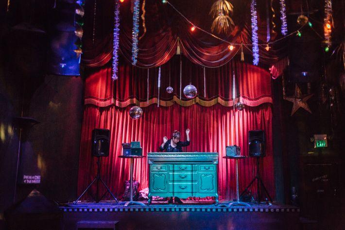 Une DJ au Make-Out Room, l'un des nombreux bars de Mission. Ce quartier latino-américain, naguère pauvre, ...