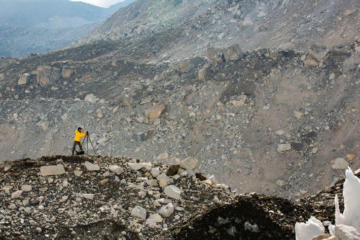 Le géographe de la National Geographic Society, Alex Tait, utilise la technologie LIDAR, une sorte de ...