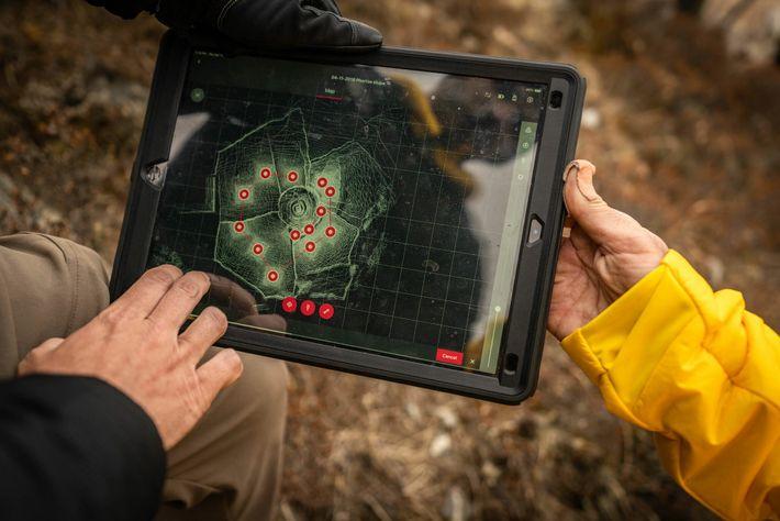 Pendant la randonnée jusqu'au camp de base de l'Everest, l'équipe de cartographie perfectionne son utilisation du ...
