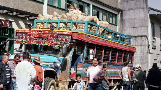 Chaque samedi, cette petite ville du Caldas, en Colombie, s'anime avec l'arrivée des bus traditionnels, les ...