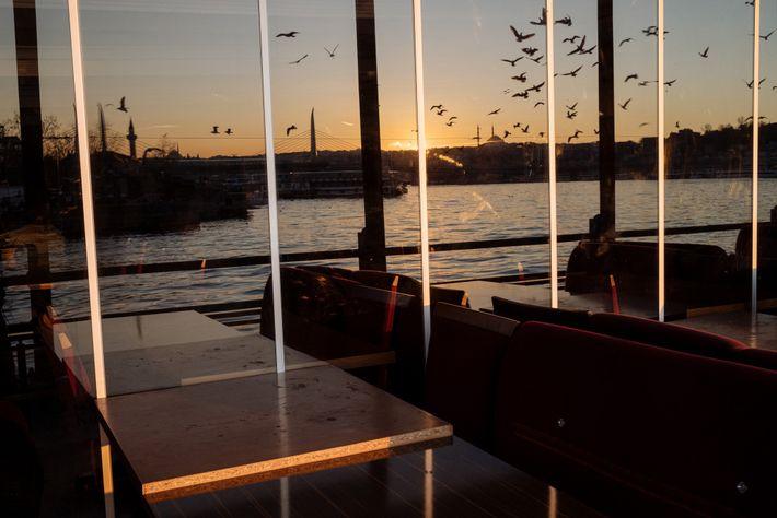 Les restaurants d'Istanbul, comme celui-ci donnant sur l'estuaire de la Corne d'Or du Bosphore, sont désormais ...
