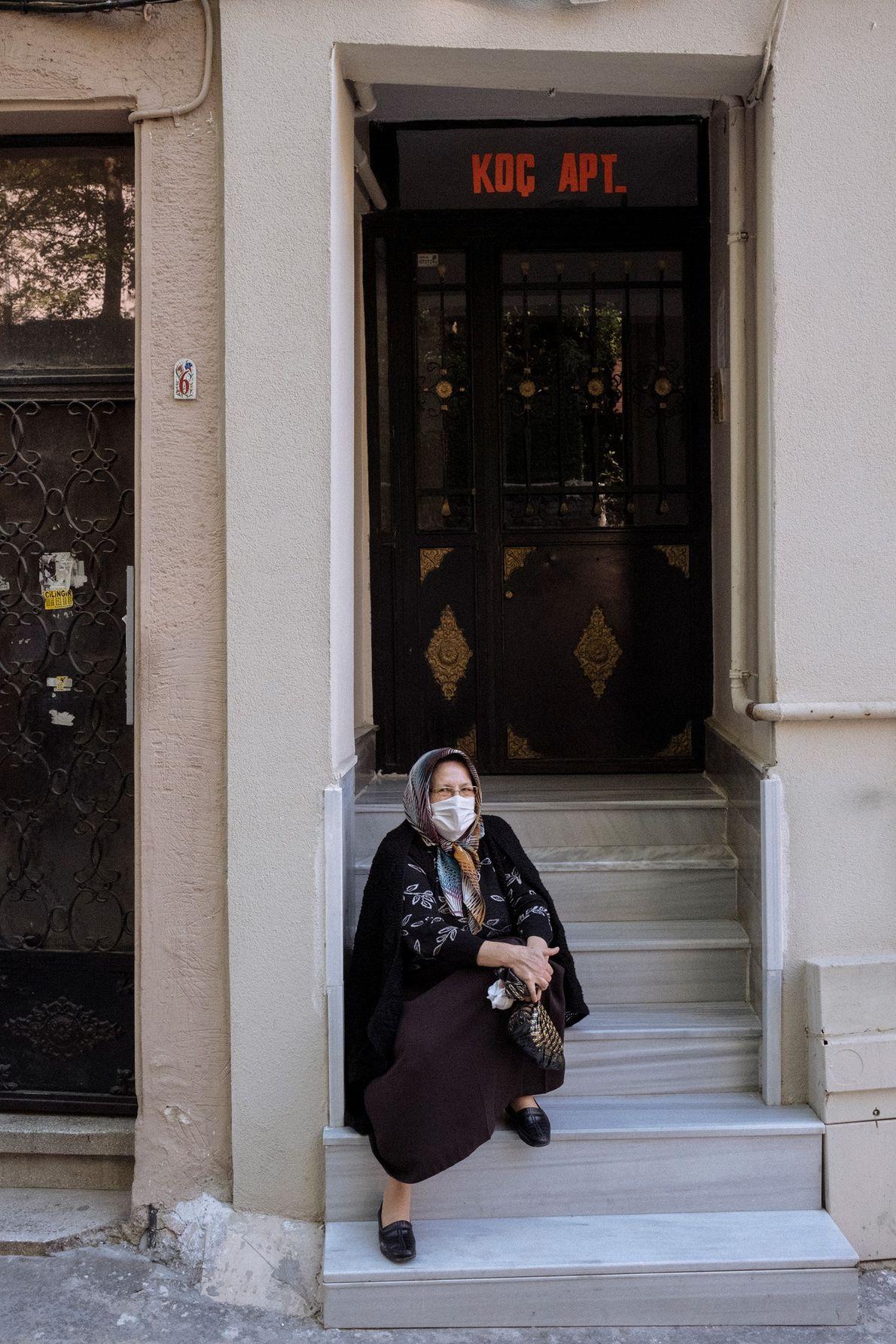 Cette femme est assise devant son immeuble du quartier de Beyoglu. « Nous avons eu une longue ...