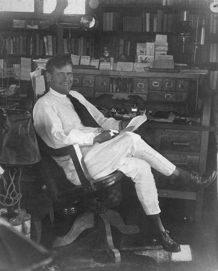 Jack London dans son bureau californien, peu de temps avant sa mort en 1916.