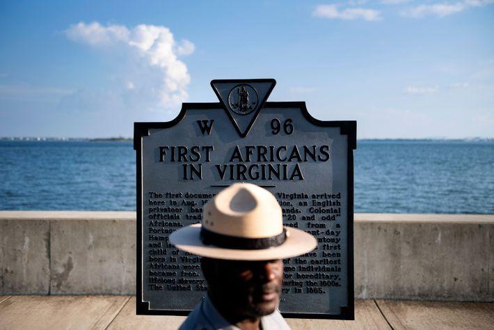 Le surintendant du monument national de Fort Monroe, Terry E. Brown, pose près d'une plaque historique ...