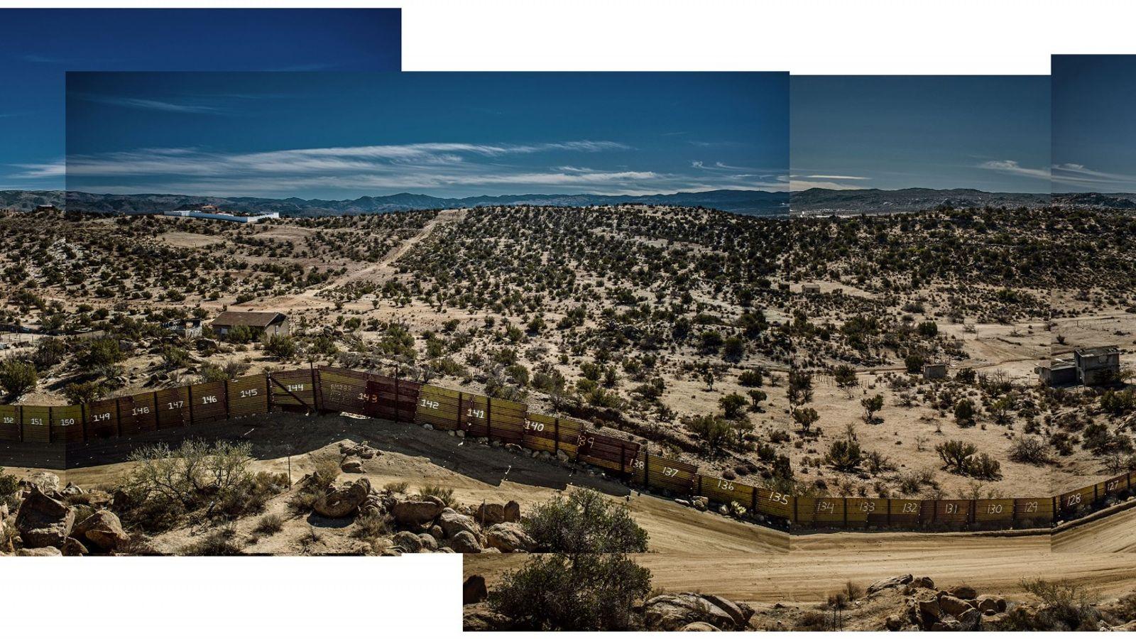 Cette photographie montre le mur frontalier situé dans le désert qui sépare Jacumba, en Californie, de ...