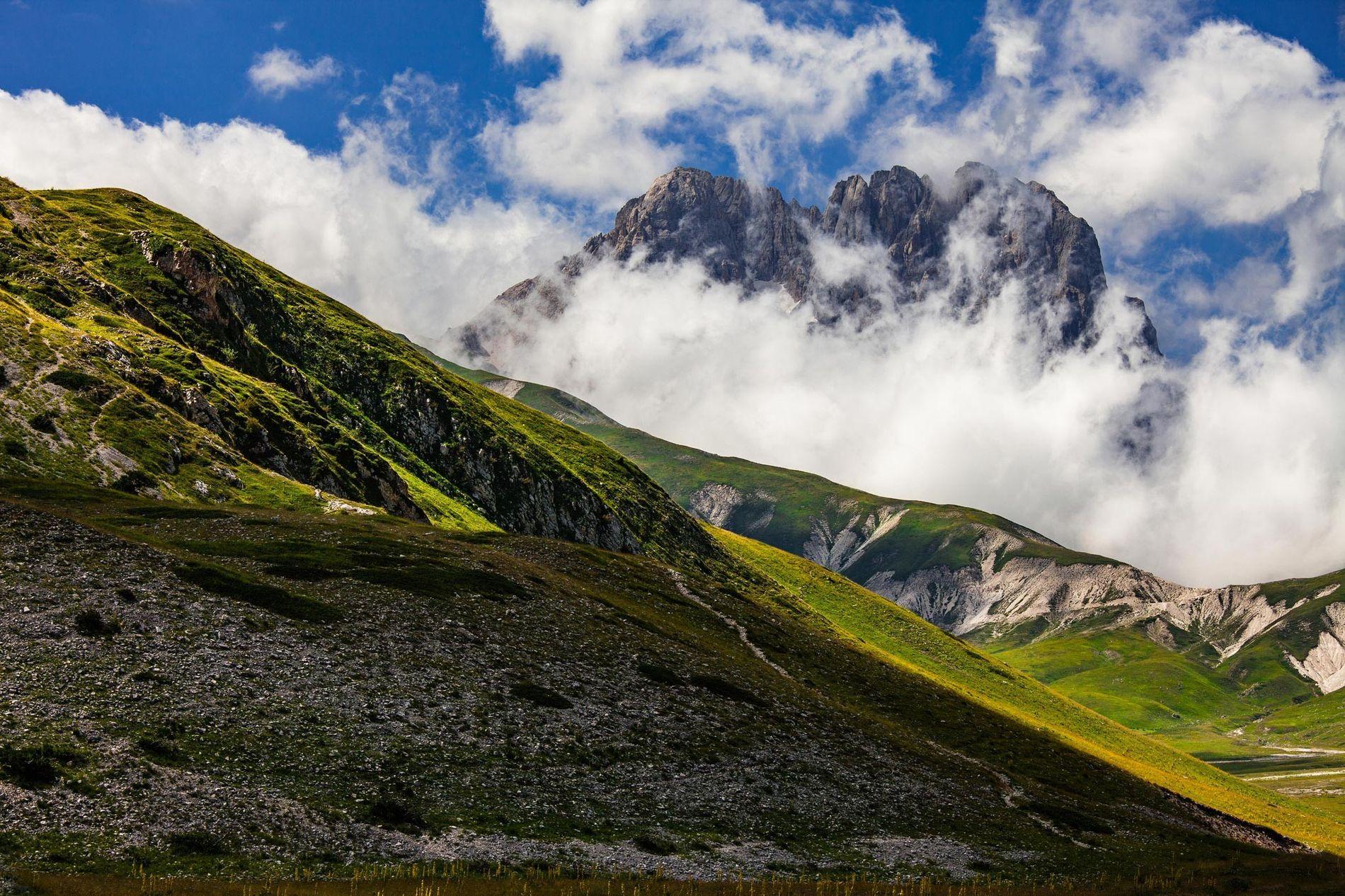 Le Corno Grande transperce les nuages. Ce sommet est le point culminant des Appenins, une chaîne de montagnes du centre de l'Italie qui selon une étude récente des mouvements tectoniques aurait en partie été formée par les vestiges d'un ancien continent baptisé Grand Adria.